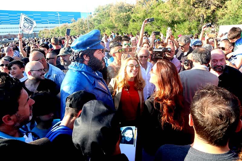 Bud Spencer Statue mit vielen Fans drum herum.