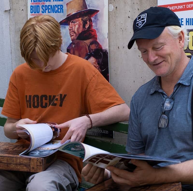 Jess und Will Hill beim lesen im Terence Hill Museum